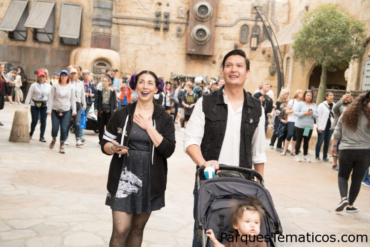 First Guests Land at Star Wars: Galaxy's Edge in Disneyland Park