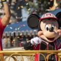 El mariscal de campo de los Chiefs de Kansas City, Patrick Mahomes, celebra en Walt Disney World