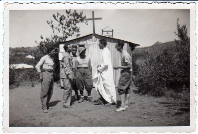 Don Seghezzi davanti alla capellina dell'ospedale di campo