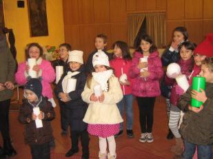 Gruppo di bambini nella sala don Antonio con le candele