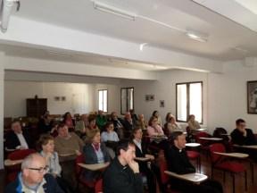 Los principales colaboradores de la parroquia en la visita de 2014, escuchando al Obispo