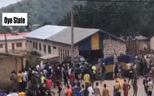 Police station, customs office attacked in Oyo