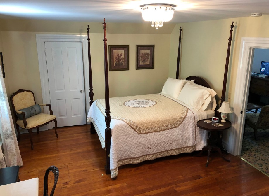 a four poster bed in Room 6