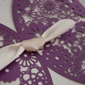 1.1_partecipazione Laser Viola con disegno a fiori - particolare fiocco bianco