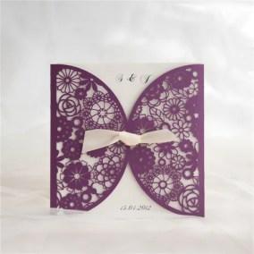 1_partecipazione Laser Viola con disegno a fiori - interno e fiocco bianco