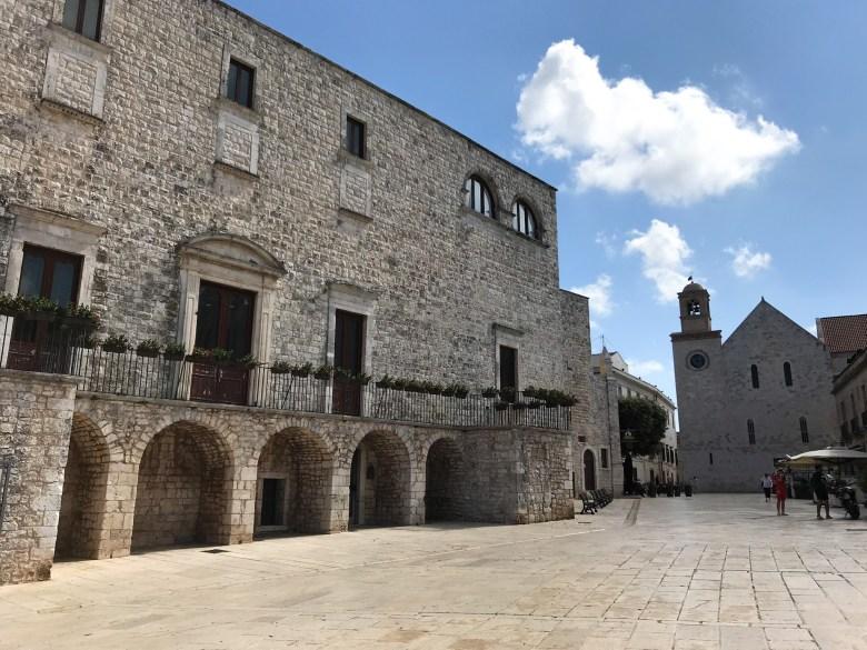 Piazza della Conciliazione di Conversano, all'ombra del Castello Medievale