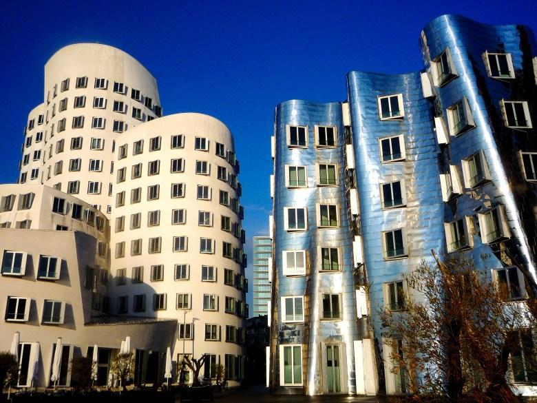 Edifici bianco e in accio di Neuer_Zollhof a Düsseldorf-Hafen