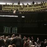 """Ativistas erguem a faixa """"Marco Civil da Internet Democracia SIM, Corporações NÃO"""""""
