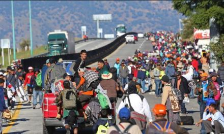 Caravana migrante rompe cerco fronterizo e ingresa a México