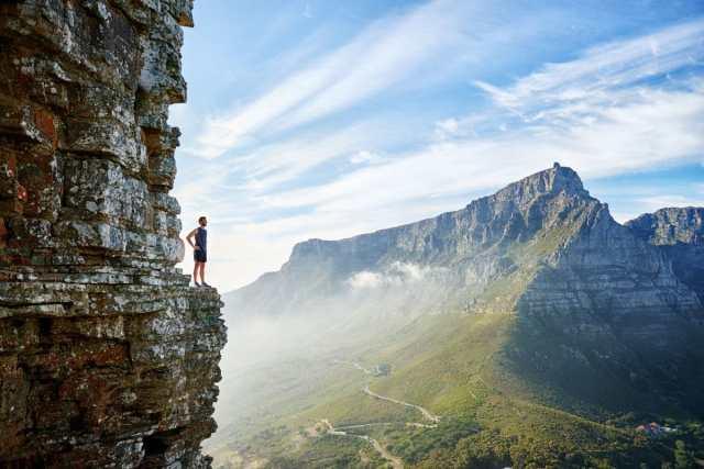 voyageur sur une montagne avec une vue magnifique
