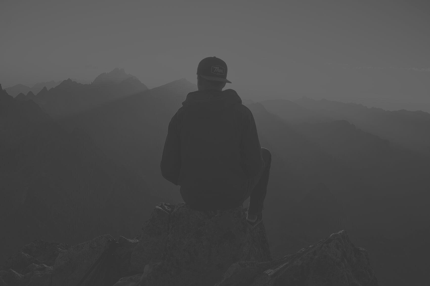 homme dans le brouillard partir loin