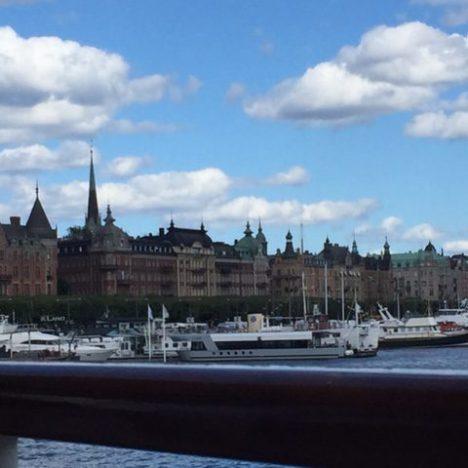 Dirigindo na Suécia.