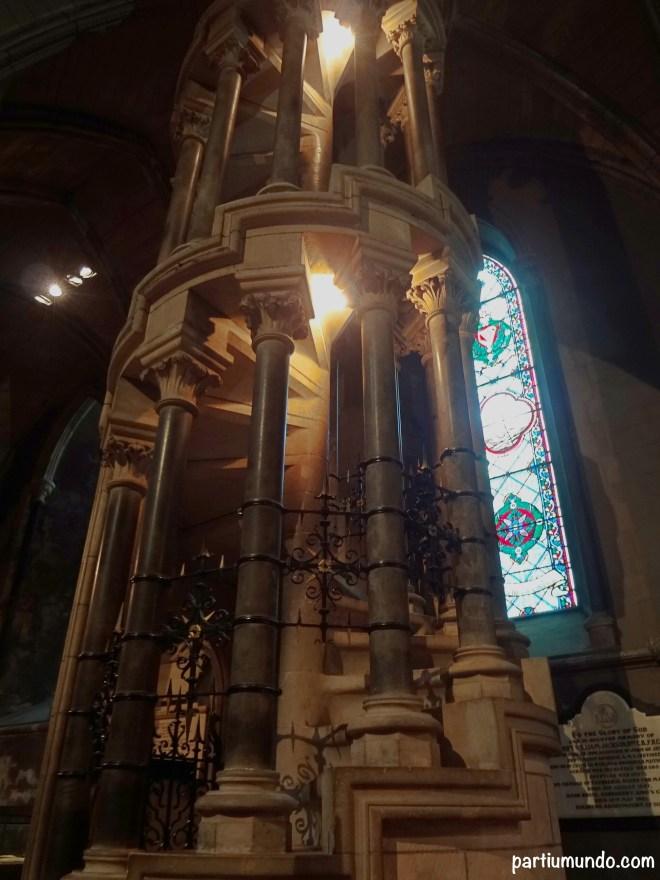 Escada de caracol que conduz à plataforma do órgão.