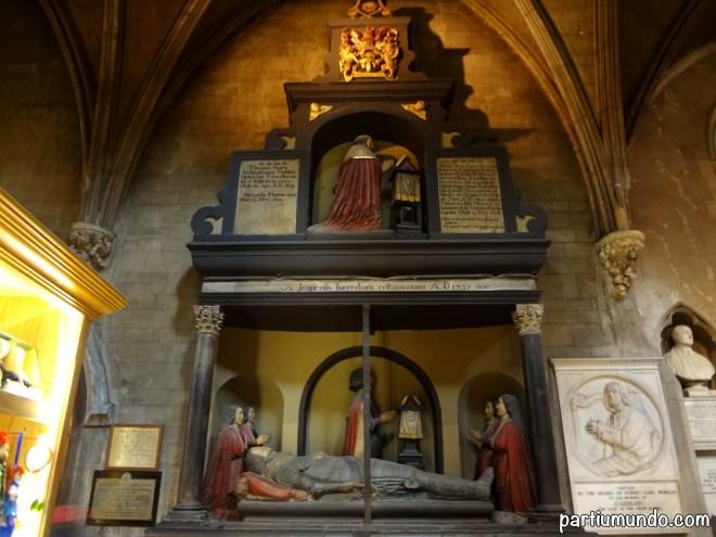 A dupla sepultura monumental comemora Thomas Jones, Arcebispo de Dublin e o seu filho, o Visconde de Ranelagh.