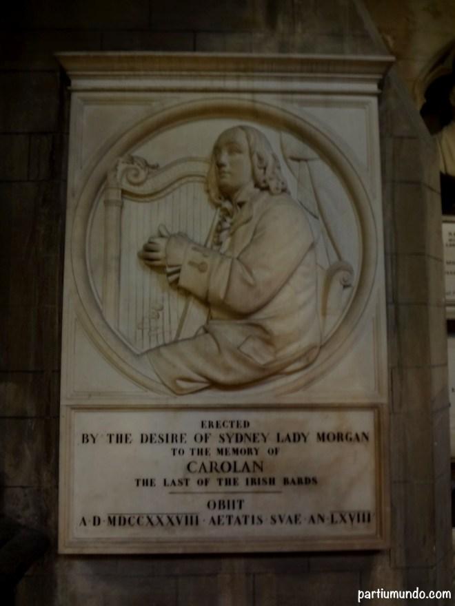 Baixo relevo em mármore branco de Turlough Carolan, harpista e o último dos bardos irlandeses.