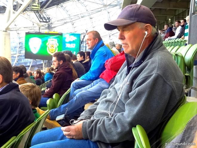 Achei tão fofo esse senhor acompanhando o jogo com o radinho dele. rs