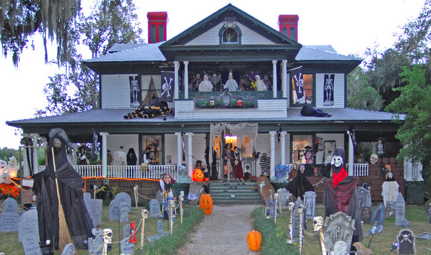 Imagem via: http://halloweenusa2014.com/wp-content/uploads/2014/10/Craziest-Halloween-Decorated-House-Ideas1.jpg