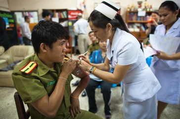 4.23 - Vientiane - MCH - UPS - official being vaccinated
