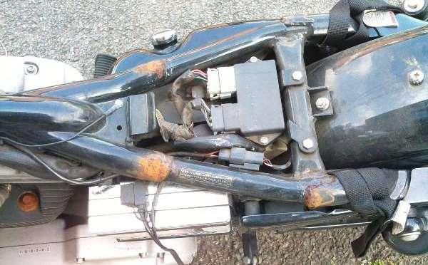 シート下フレーム錆び落とし。塗装。 スポーツスター 1200