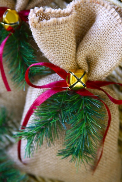 Make easy burlap christmas gift bags party ideas Burlap bag decorating ideas