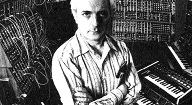 Robert Moog sitzt vor seinen Synthesizern