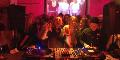 Unser Sven im Berliner Boiler Room. Und das auch noch mit neuer Frisur. Im Zuge des traditionellen Groove Geburtstag zum Jahresabschluss, gab es am 12.12.2012 mal keine Party wie sonst, sondern einen Boiler Room! Natürlich nicht irgend einen. Für diese Live-Sendung sind die Groove Gratulanten Sven Väth, Âme (live), der Groove Gründer DJ T. und Jacob Korn (live)! Diese 120 Minuten Boiler Room sind einfach 2 Stunden Sven pur. Eine Berg und Tal Fahrt durch alle Formen unsrer geliebten 4/4 Elektronika, die an die legendären HR3 Clubnights erinnert. Go Sven, Happy Birthday Groove und viel Spass im Boiler Room Berlin...!