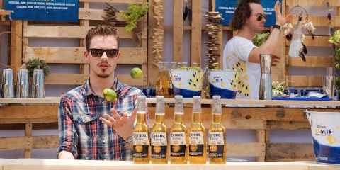 Corona Sunset Bar. Bier, Cocktails und Musik. Barkeeper hinter einer Bar aus Holzpaletten.#ThisIsLiving