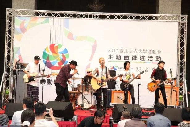 Trash樂團與猴子飛行員主唱Tony、吉他手楊聲錚在主題曲徵選記者會中示範音樂人跨界合作