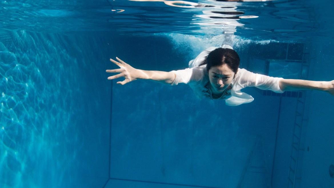 任容萱挑戰高難度潛水 鉛塊加身求逼真