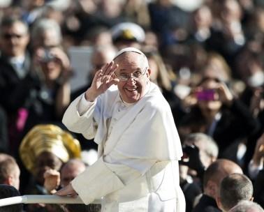 pontifex-salut-main-arriere