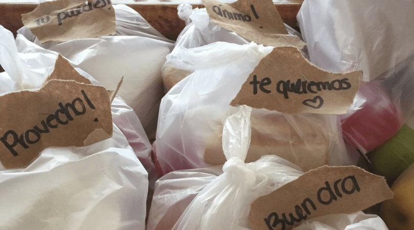 Colaciones preparadas por voluntarios para los rescatistas en el reciente terremoto de México, con mensajes positivos