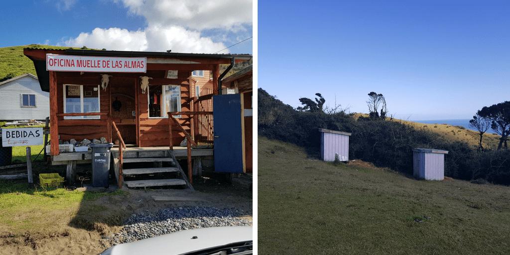A la izquierda la cabaña donde pagas y a la derecha los baños que están dentro ya de donde empiezas el trekking