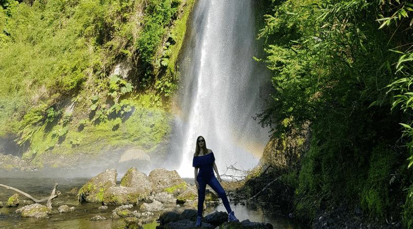 Con esta foto desmentí que la foto que ilustra la portada de este post esté trucada, efectivamente estaba sola en la cascada