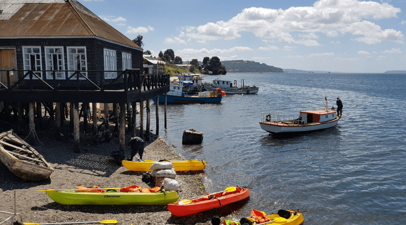 Entre las actividades que encontrarás en Dalcahue están los paseos en lancha y en kayak