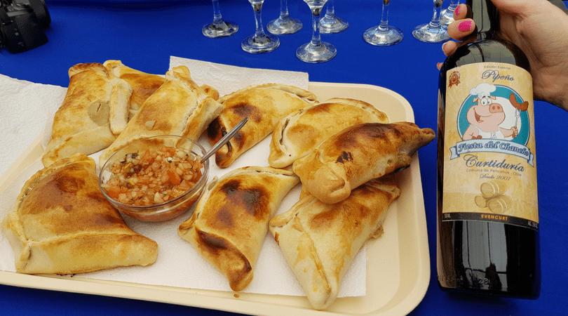 Empanadas y el vinopipeño embotellado especialmente para la ocasión