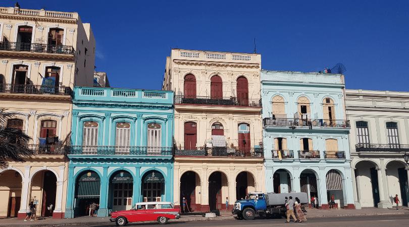 Muchas de las casas que ves arriendan habitaciones a viajeros, las reconocerás por un logo azul en su puerta que las identifica