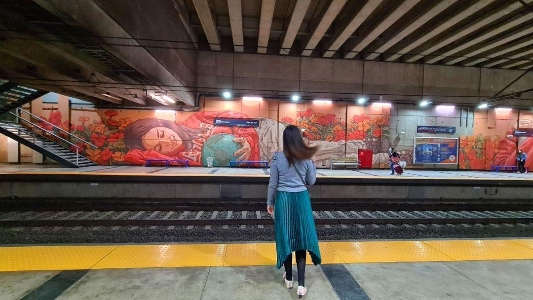 El colorido mural de Giova en el anden