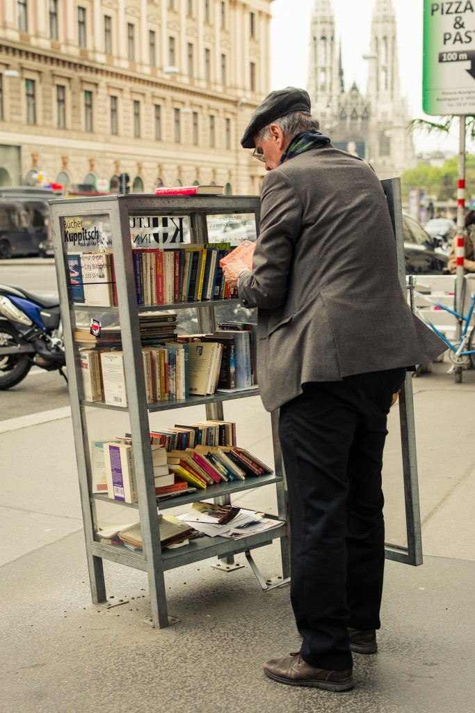 Compartiendo cultura. Biblioteca pública en las calles de Viena. Puedes dejar un libro que ya hayas leído o tomar alguno que desees leer. Foto: Sara Apaza.
