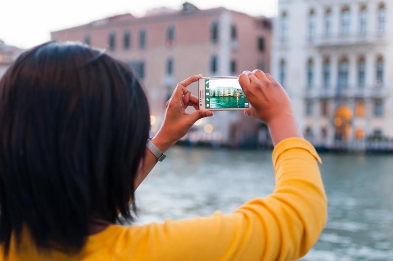 Intentando captar la esencia de Venecia en una foto. © Mare and Sara Photography.