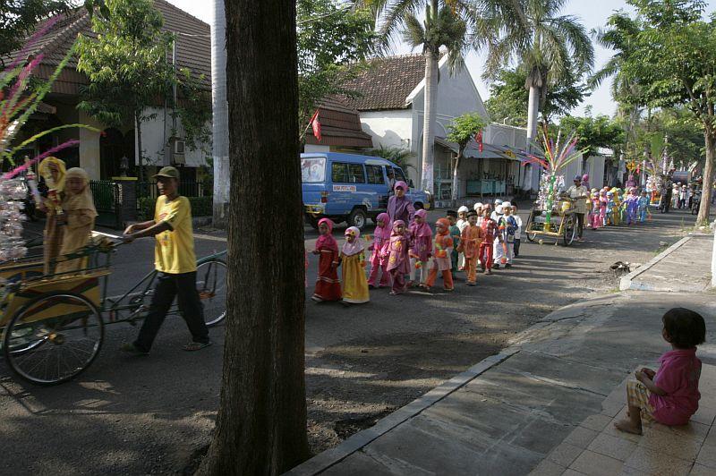 Procesija miestelio gatvėje.