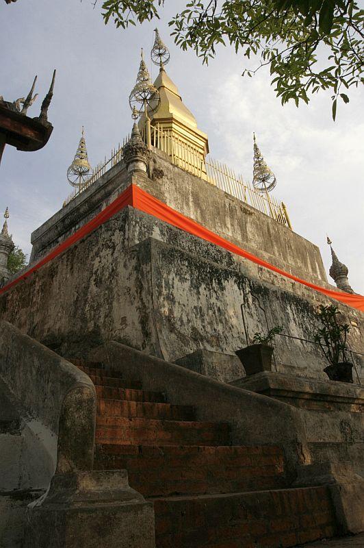 Phousy kalno stupa. Už kelių minučių ją apsės saulėlydžio fotografai.