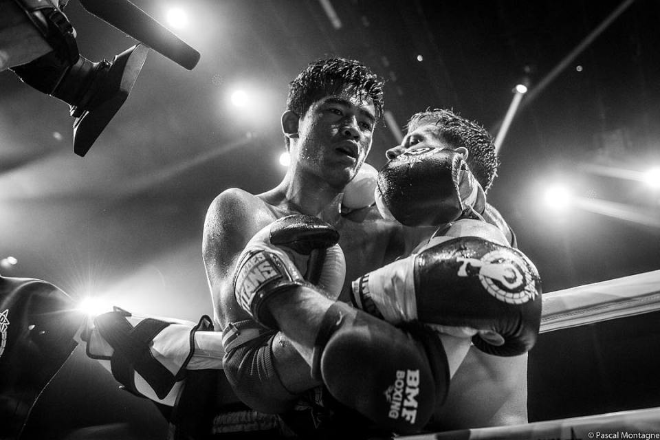#boxe #boxing #sport #fight #fighting #muaythai #instagood #instadaily #picoftheday #lights #shadows #bnw #together #tired #fist