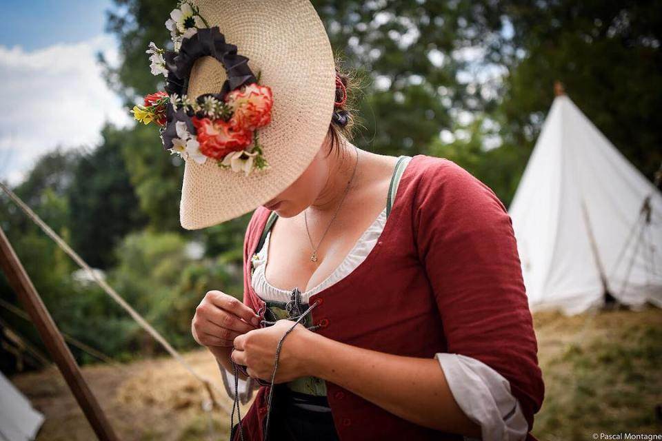 A costumed Scottish women is wearing her bodice, at @leshistoriques festival , Montbazon, France , photo by Pascal Montagne #women #breast #chest #bodice #wear #history #scotland #scottish #hat #flowers #dress #dailypic #instalike #instagood #loirevalley #instadaily
