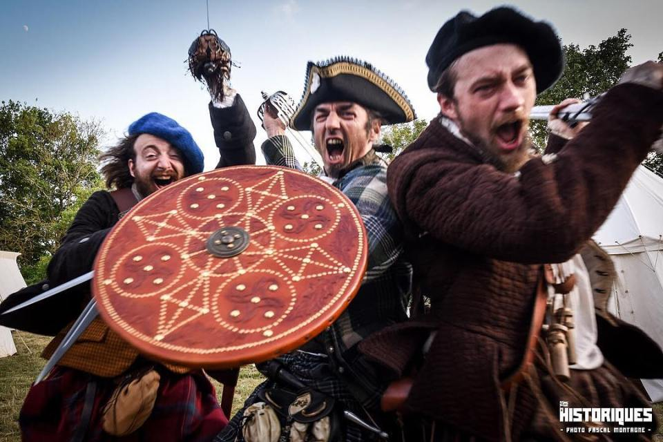 Scottish jacobites rebel attack ! The Saor Alba reconstitution team at @leshistoriques Festival. Photo Pascal Montagne. #history #historic #reconstitution #saoralba #scotland #scotlandlover #scottish #rebel #jacobite #highlands #revolution #stuarts #dailypic #attack #instalike #instagood #instadaily #war #shield #sword