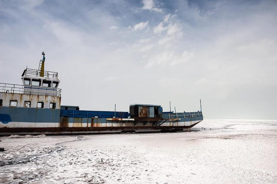 An abandoned ship on Ourmia Lake, near Tabriz, Iran. 90% of the water has disappeared, due to human exploitation and global warming. #iran #irantravel #ourmia #orumieh #lake #salt #saltedlake #ecology #disaster #water #ship #abandoned #ecological #sigma #instadaily #instalike #instagood #sigma24mmart @sigmafrance @studiohanslucas @hl_grand_ouest