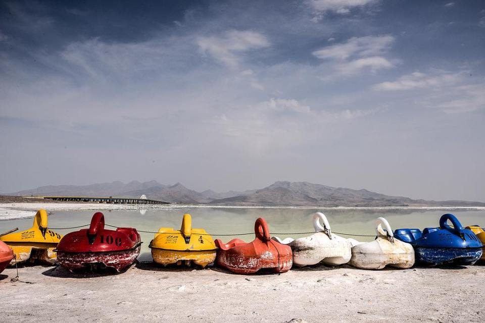 Pedal boats wait for a customer on the seashore of Ourmia lake. Tourism revenues disappears like water. #iran #irantravel #ecological #disaster #ourmia #lake #azerbaidjan #tabriz #boats #salt #bridge #instalike #instagood #sky @sigmafrance @hl_grand_ouest @instagram