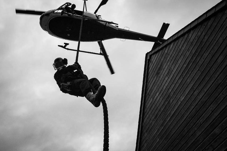 Reportage GIGN – Retrouvez moi le 10 novembre à 13h au salon de la photo à Paris, sur le stand SIGMA @sigmafrance pour une série exclusive en immersion avec une antenne GIGN, unité d'élite de la @gendarmerie_nationale_officiel . #salonphotoparis #sigma #sigmaart #sigma85mmart #sigma24mmart #gign #military #france #sirpa #weapons #reportage #gendarmerie #securite #gendarme #shield #bulletproof #immersion #elite #specialforces #heros @hl_grand_ouest @studiohanslucas