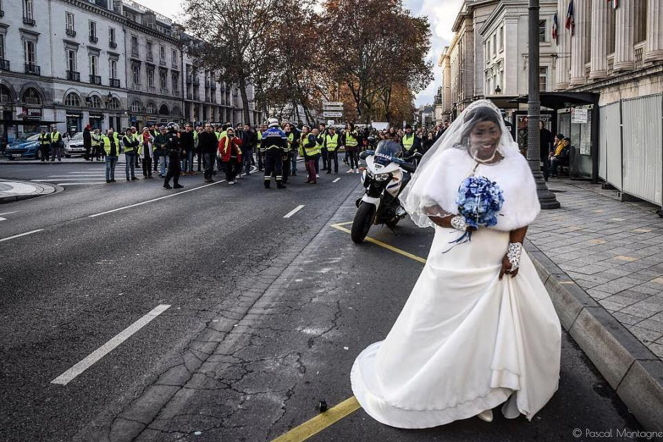 A bride walk is crossing a yellow jackets demonstration, in the middle of tear gas and riot police force. Pascal Montagne for @37degres #france #manifestation #demonstration #bride #wedding #streetphotography #weddingdress #weddingday #police #riot #violence #teargas #yellow #jackets #giletsjaunes #tours #instalike #instadaily #daily #dailypic @sigmafrance @villedetours @igerstours