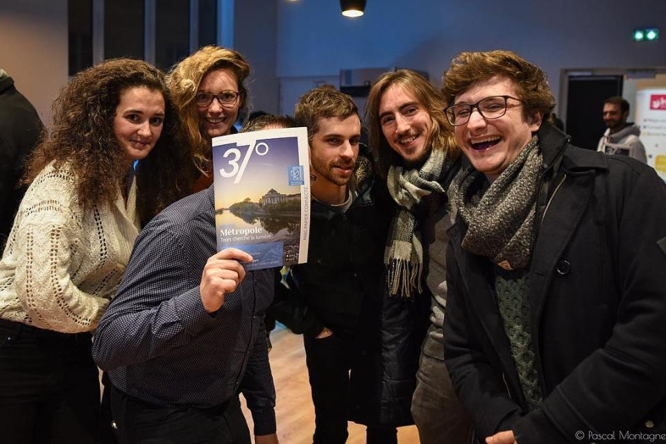 (A part of) Our journalist team for the first edition of @37degres paper magazine. #37degres #tours #france #newspaper #magazine #paper #press #pressisnotdead #team #young #journalists #instagood #instalike