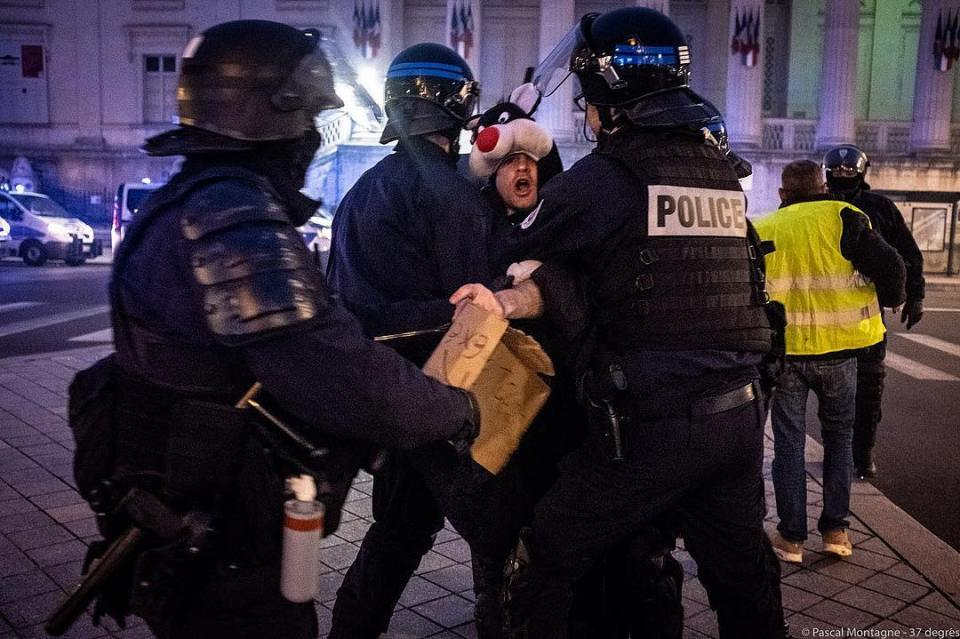 Sylvester the cat(Grosminet in French) arrested by police during yellow vest demonstration. Pascal Montagne for @37degres #france #demonstration #riot #yellowjacket #yellowvests #police #government #evening #taxes #instalike #instadaily #daily #arrested